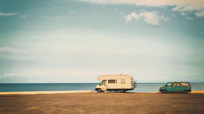 Nachhaltig Campen - Vintage Camper am Strand (c) krasnajasapocka/Depositphotos
