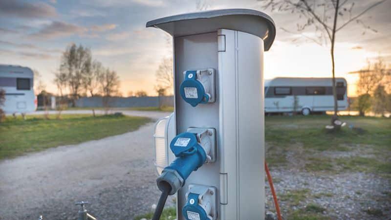 Strom in Wohnmobil und Wohnwagen: Landstrom – aber richtig